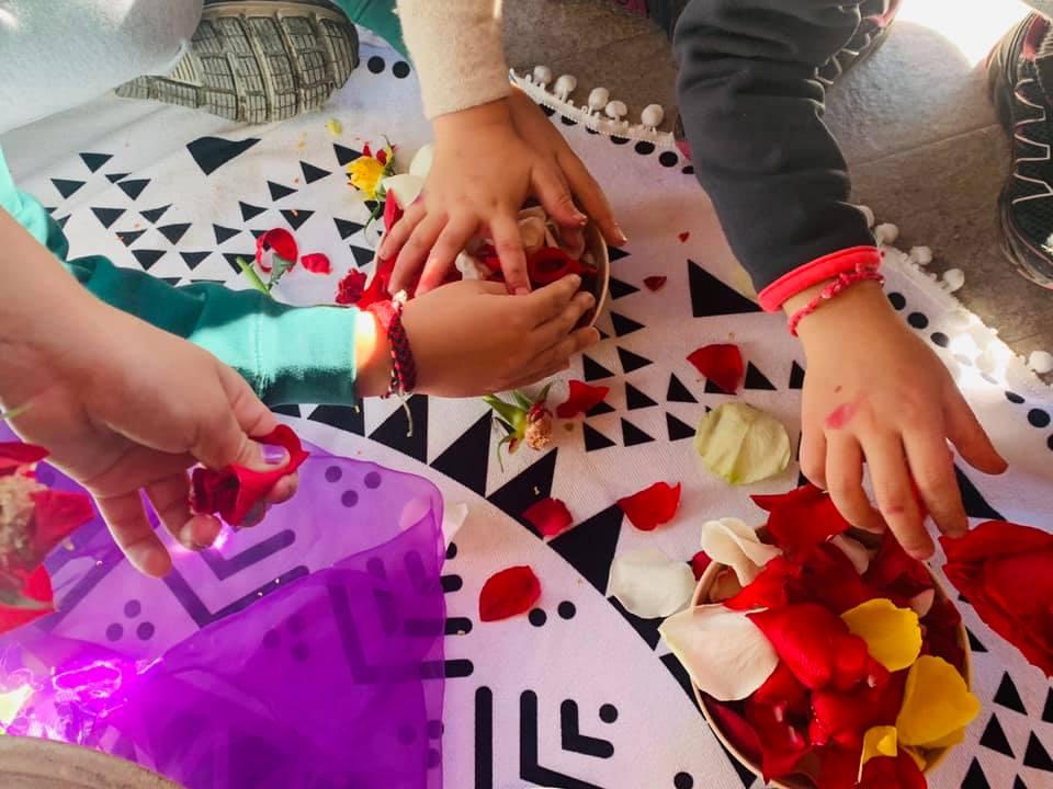 custode del fuoco sacro mani bambini petali