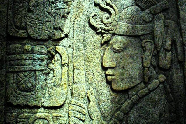 custode del fuoco sacro maya rilievo pietra