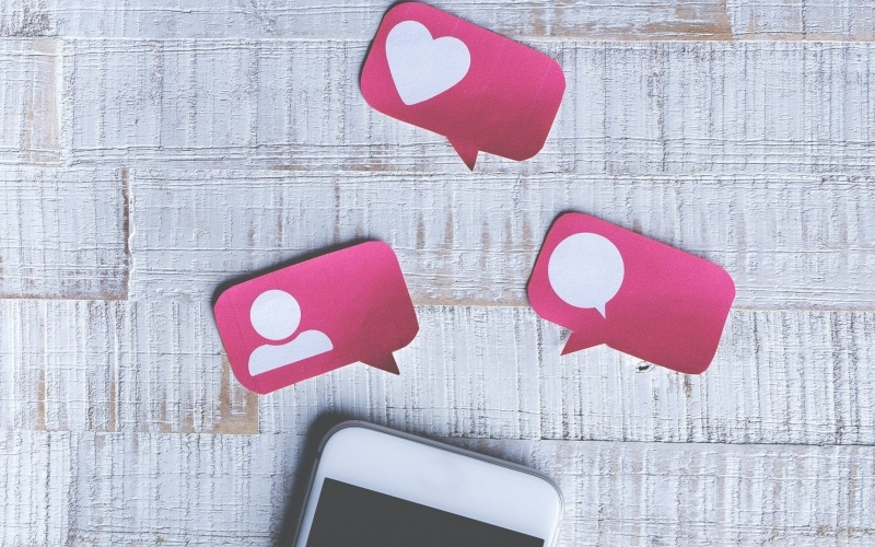 smartphone con adesivi social affianco
